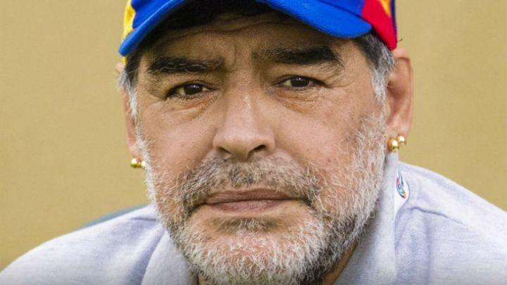 Diego Maradona llegó al país y fue demorado en Ezeiza
