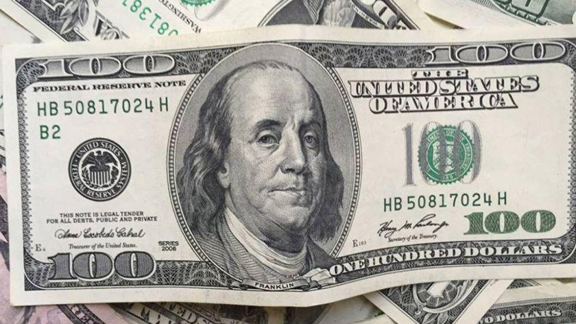 El dólar sigue estable ya la baja