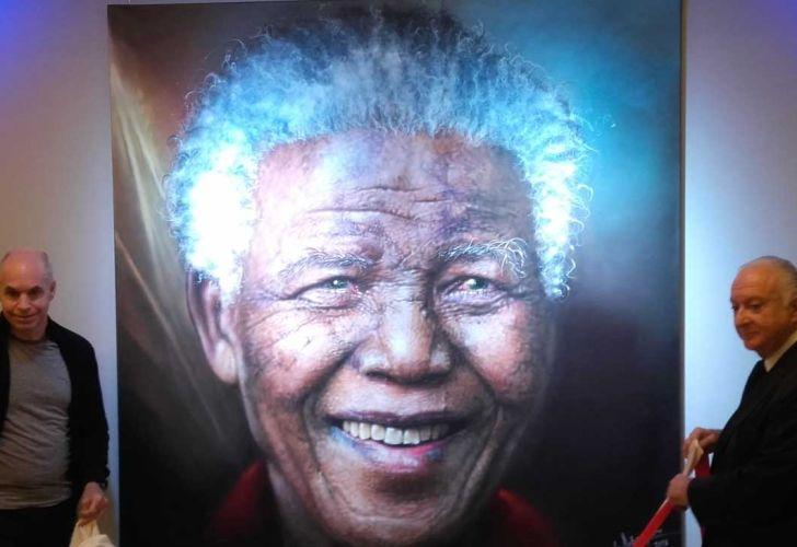 Descubren retrato de Mandela en la Casa de Gobierno de la Ciudad.