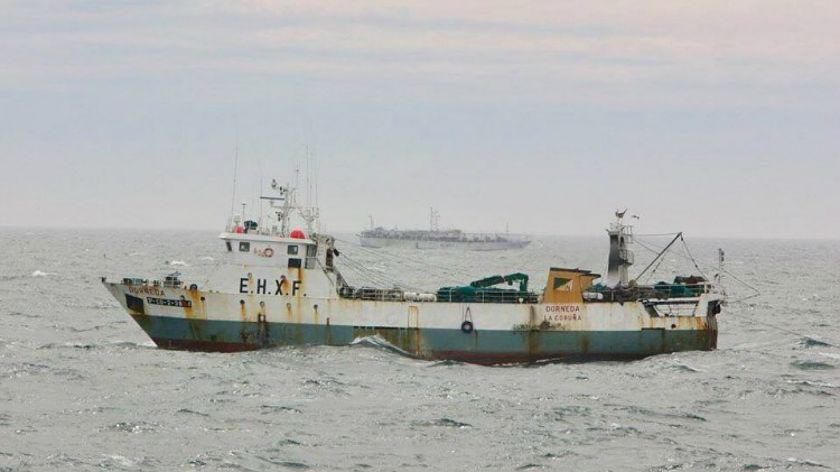 Buscan por mar y aire al marinero desaparecido del pesquero español hundido