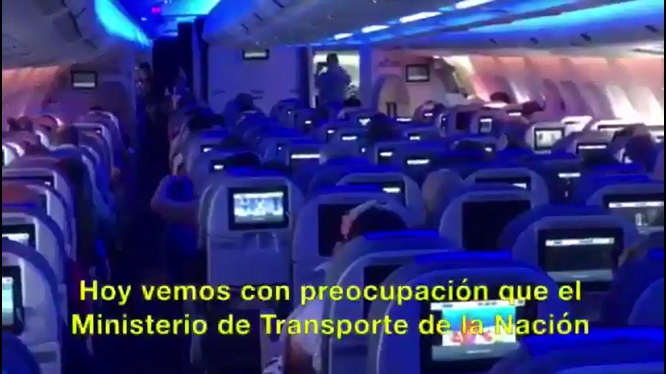 """Los pilotos de Aerolíneas Argentinas protestan contra las """"low cost""""."""