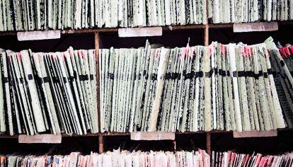 La continua perdida de materiales bibliográficos de autores argentinos a colecciones extranjeras, pone en evidencia un déficit en cúanto a conservación del patrimonio se refiere.