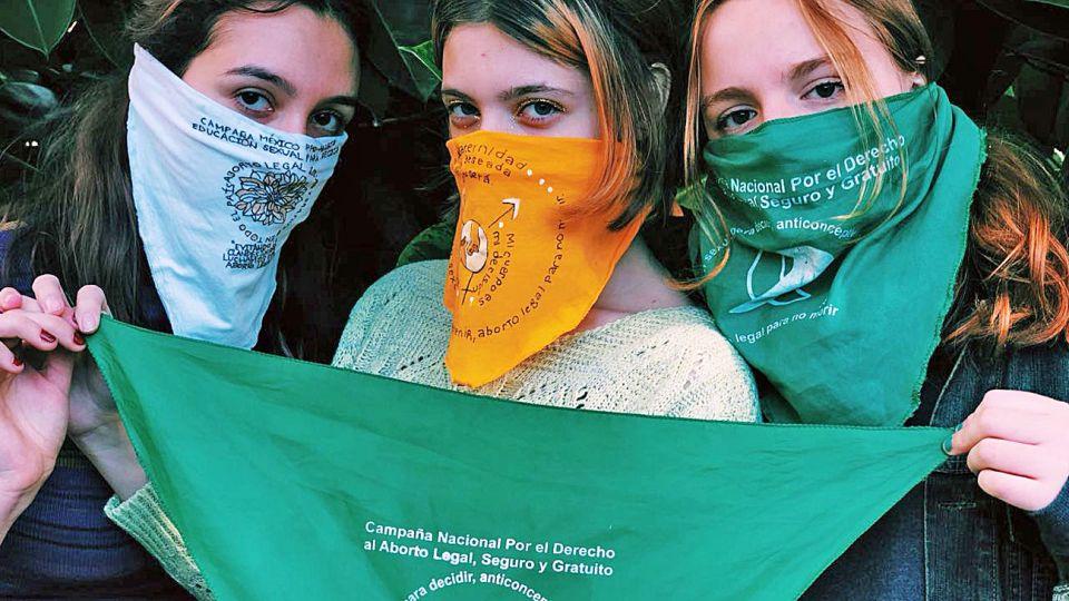 Modelos. Lola Ocon Morgulis, una estudiante argentina, hizo los pañuelos por el aborto legal de México, Colombia, Perú, Chile, Costa Rica y República Dominicana.
