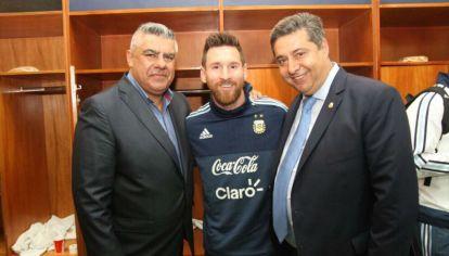 Chiqui Tapia, Lionel Messi y Daniel Angelici festejan la clasificación argentina al Mundial en Ecuador.