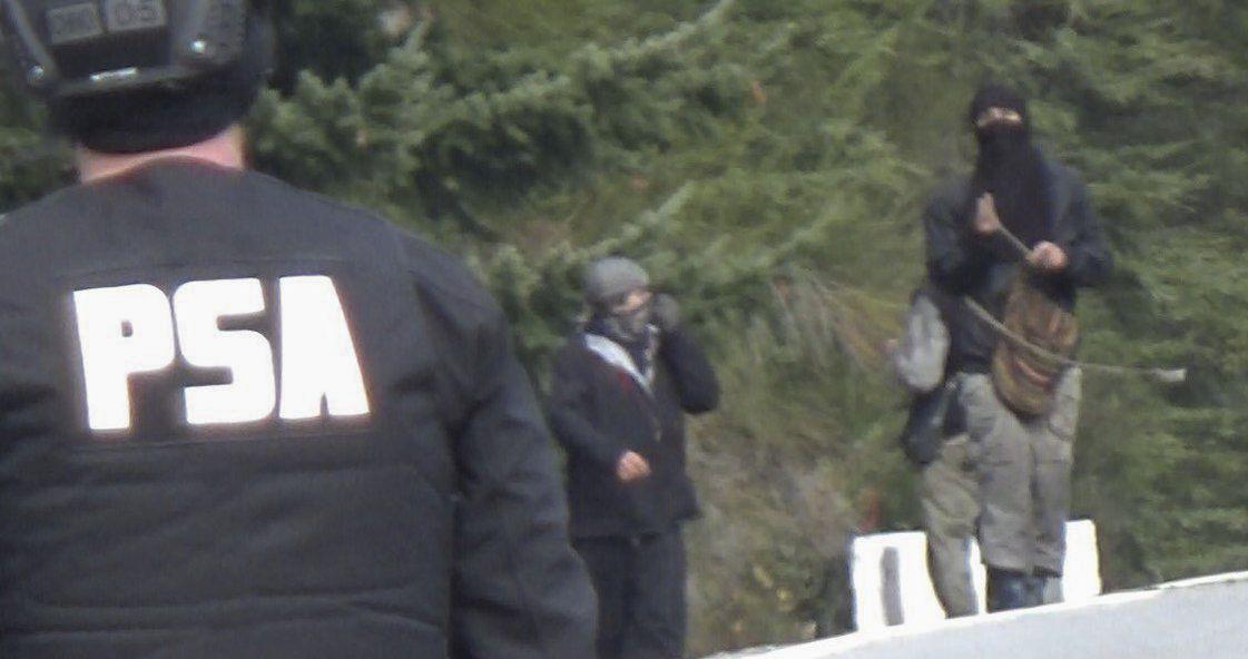 Policía de Seguridad Aeroportuaria realizó un operativo en Villa Mascardi. La comunidad mapuche asegura que dispararon balas de goma, desde el Ministerio de Seguridad sostienen que les lanzaron bombas molotov.