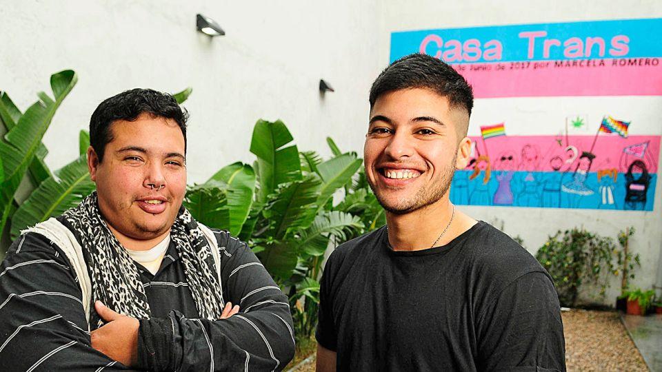 Casos. Iván (39) trabaja en Casa Trans y quiere hacerse la mastectomía para no usar más faja. Santino (27) hizo el tratamiento hormonal y se operó. Participó de la serie de Telefe.
