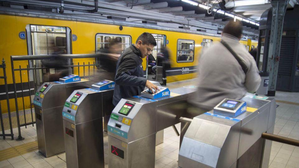 La Línea C del subte une las terminales ferroviarias de Constitución y Retiro