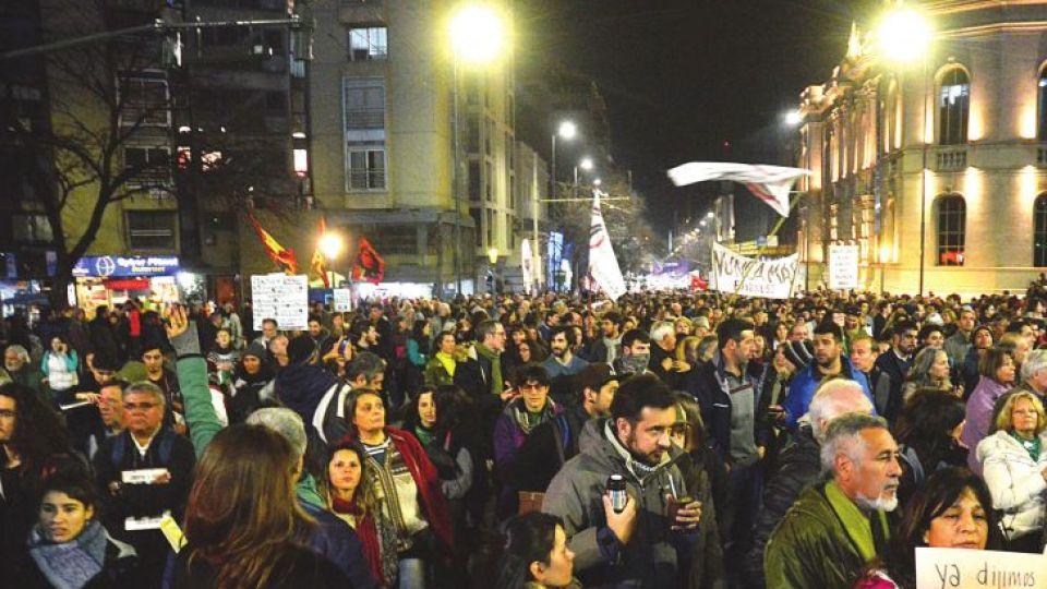 RESISTENCIA. Convocada por organismos de derechos humanos, el jueves se realizó en Córdoba una marcha que resiste la aplicación del polémico decreto.