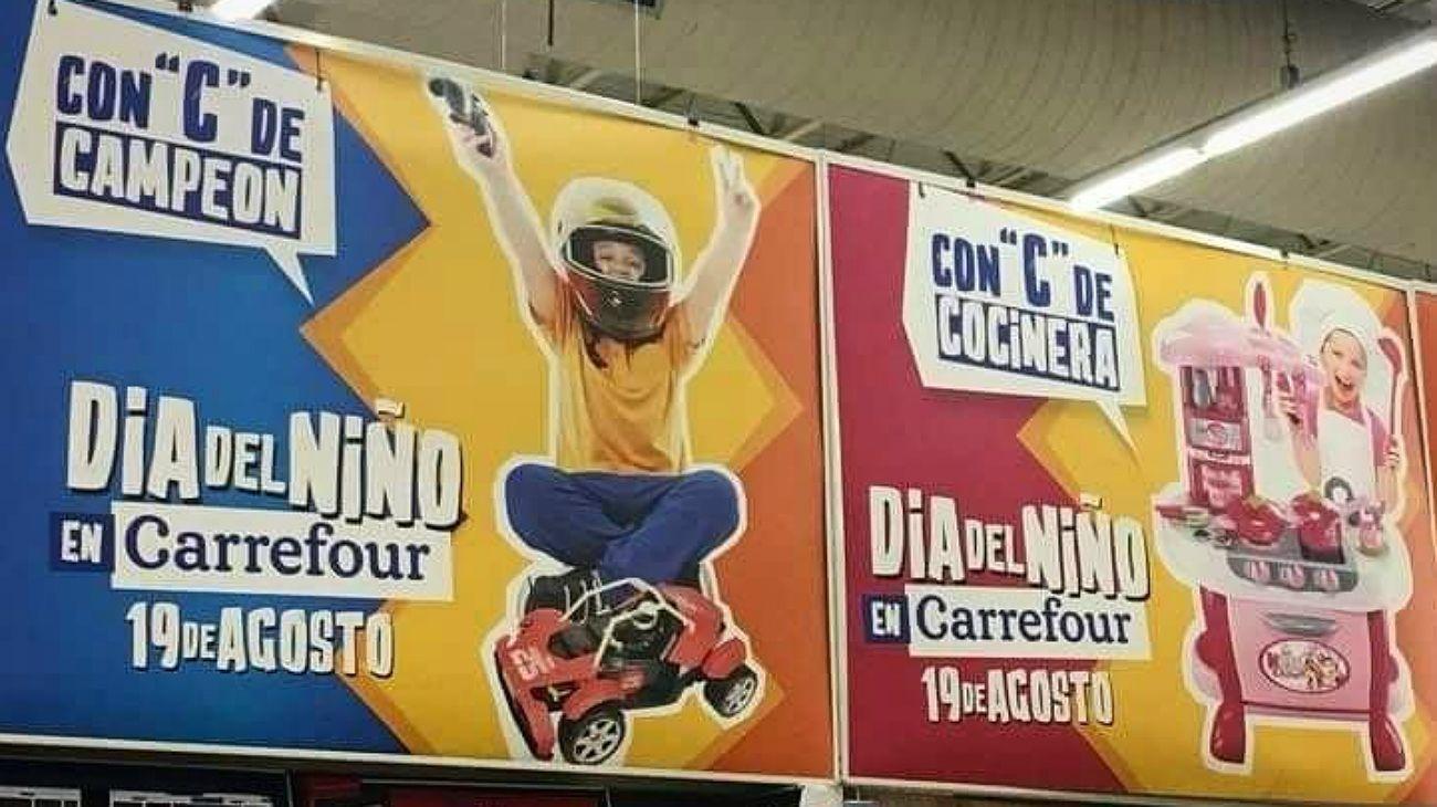 La cartelería publicitaria de la cadena de supermercados por el Día del Niño desató las críticas.