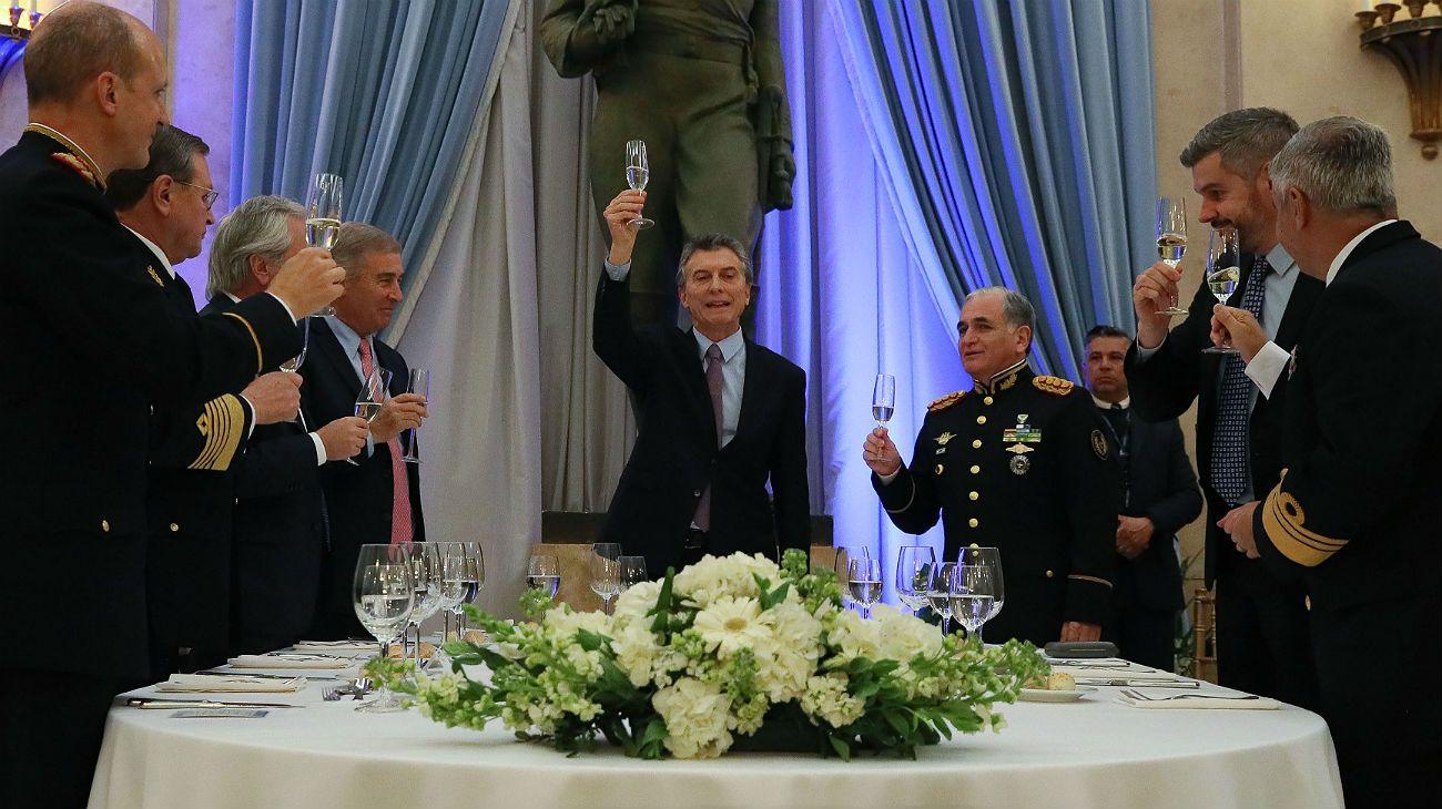 El presidente Macri, en el brindis de la cena de las Fuerzas Armadas.