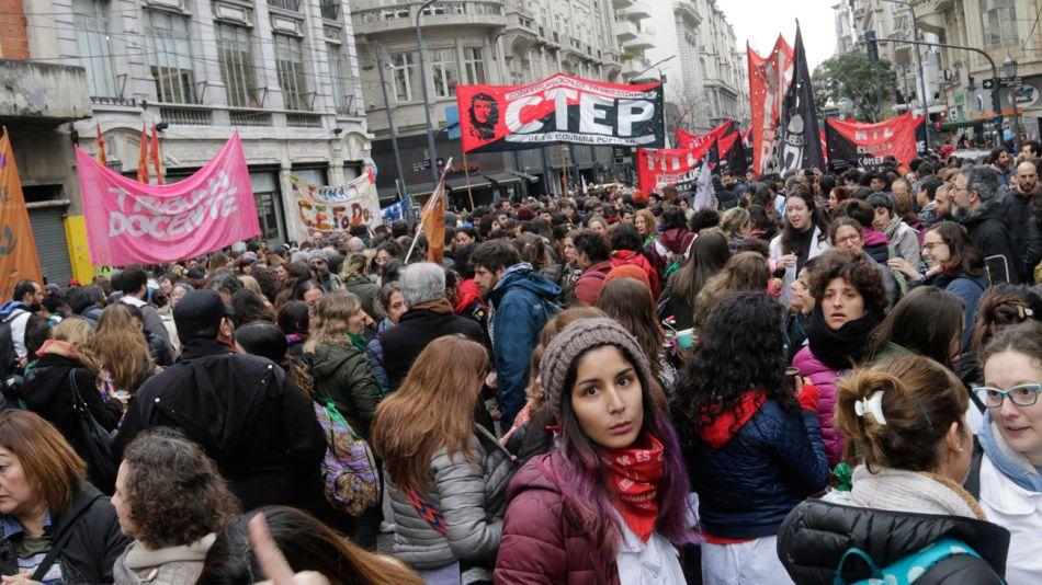 Marcha por docentes muertos por escape de gas