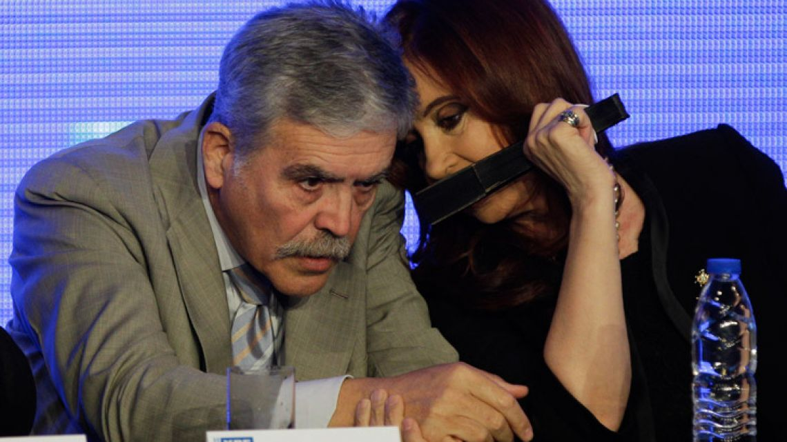 Julio De Vido (left) speaks with former president.