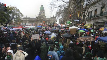 Manifestantes a favor del aborto se concentran en las inmediaciones del Congreso mientras se debate la ley.