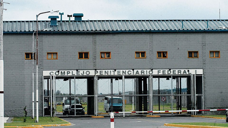 """La entrada del Penal de Ezeiza, donde se enfrentaron dos facciones de familiares del """"Pata"""" Medina."""