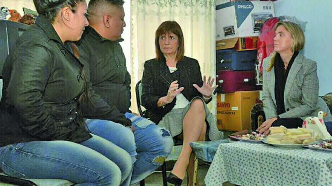 Security Minister Patricia Bullrich (centre) seen visiting Luis Chocobar (second from left).