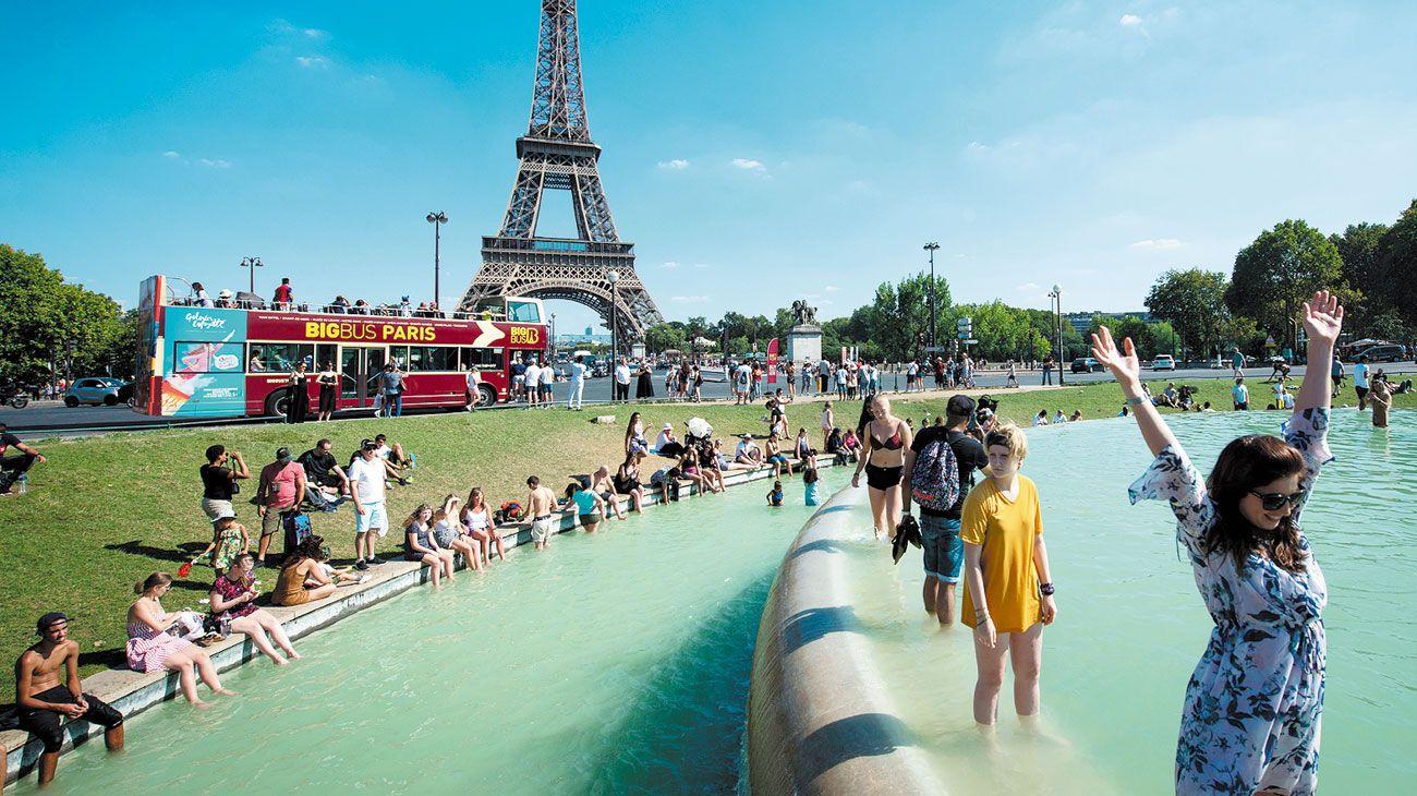 Impacto. Europa vive el verano más caliente en 260 años. En Alemania, la sequía arruinó las cosechas. En Francia, turistas se refrescan en la Fuente de Trocadero frente a la torre Eiffel. En Grecia hubo grandes incendios.