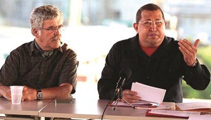 PISTA BOLIVARIANA. El ex ministro De Vido junto al presidente Hugo Chávez en momentos en los que se puso en marcha el intercambio de fueloil por maquinaria agrícola.