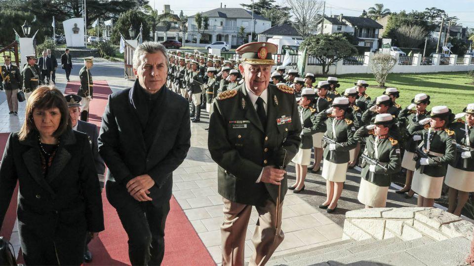 La ministra de Seguridad, Patricia Bullrich, junto al presidente Mauricio Macri en el acto por el 80° aniversario de la creación de la Gendarmería Nacional.
