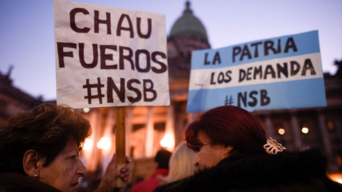 Protesters gather outside Argentina's Congress on August 21, 2018 calling on the Senate to trip Cristina Fernández de Kirchner of her immunity.