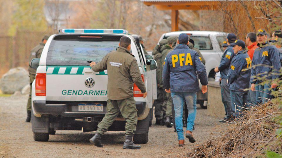 Operativo. Efectivos de Gendarmería y de la Policía Federal ingresaron cerca de las cinco de la tarde del viernes a la casa de la ex presidenta. A diferencia del allanamiento en el departamento porteño, ayer estuvieron presentes abogados de Cristina.