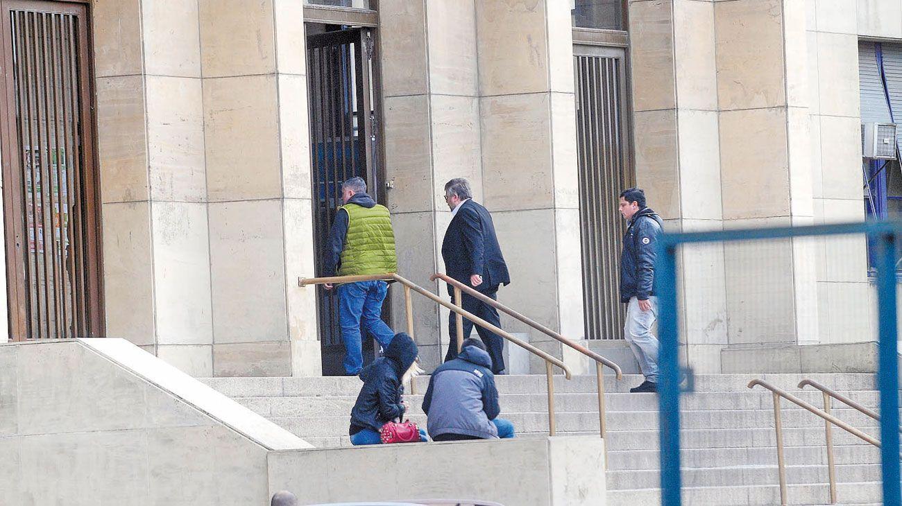 Fiscal de los cuadernos. Carlos Stornelli ingresa el viernes último a Comodoro Py, en otro día de intensidad para la causa judicial que alteró la agenda nacional.