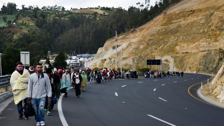 Miles de personas abandonan a pie Venezuela camino a Colombia y Ecuador.