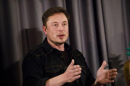 Se desplomaron las acciones de Tesla tras un video de su CEO fumando marihuana