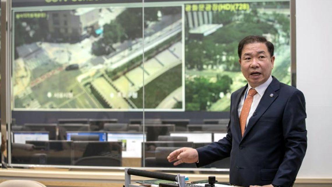 topis-yang-youngye-y-de-fondo-imagenes-de-camaras-en-pantalla-gigantes