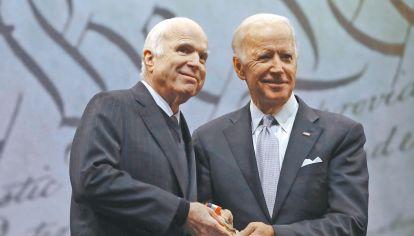 Amigos. El senador republicano y su colega demócrata, Joe Biden, vice de Barack Obama.