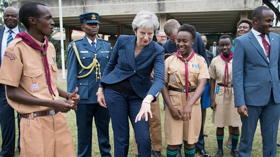 Theresa May, durante el baile keniata.