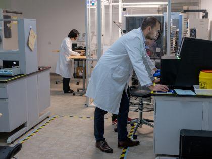 Inside Driver Laboratory as Harvard Doctors Backed by Li Ka-shing Try a Fix For Cancer Care