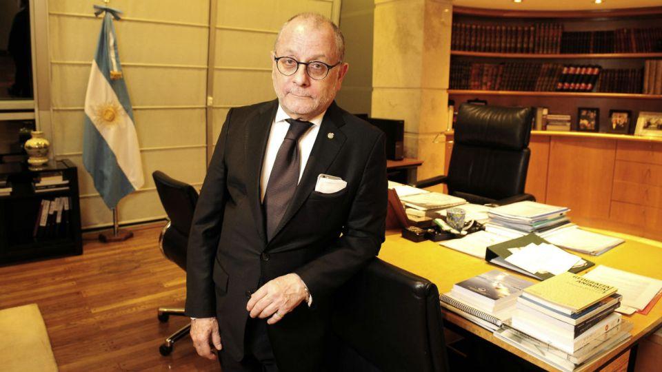"""despacho. El ministro Faurie recibió a PERFIL en su oficina del piso 13. """"Casi no uso este escritorio"""", aclaró antes de la foto."""