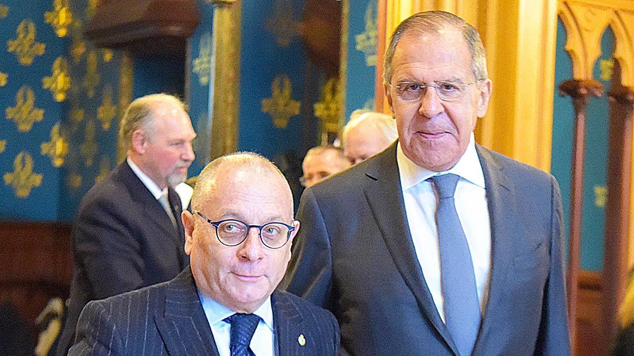 Visita. El ministro Jorge Faurie, en Moscú, junto a su colega ruso, Serguei Lavrov.