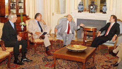 Serios. El diplomático, en el extremo izquierdo, con el presidente Batlle y el ex canciller Bielsa.
