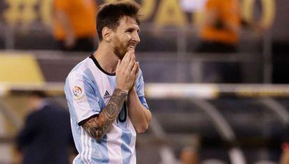 El desconsuelo de Lionel Messi por el penal errado y una nueva final perdida.