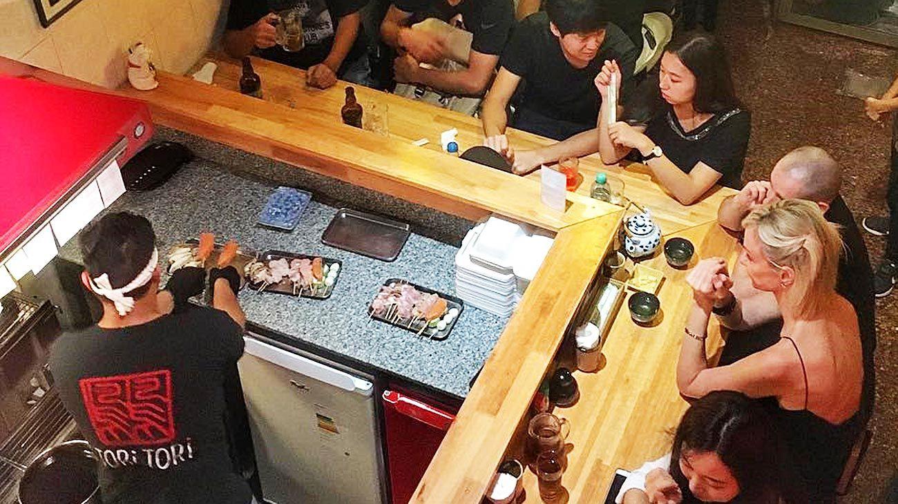 """Cantina. Inspirados en los bares de Tokio Tori Tori, tiene una barra con vista a los """"yakitori-man""""."""