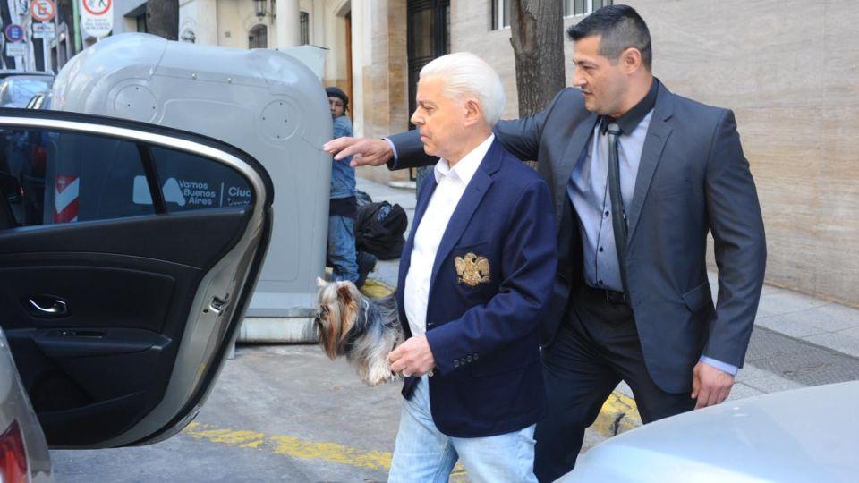 Viernes 21. El ex magistrado sale de su departamento y sube a un auto de su custodia.