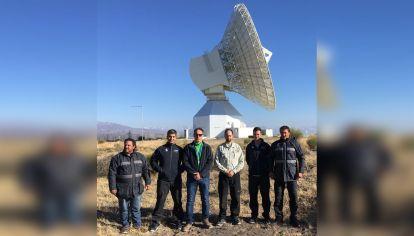 Expertos. Los ingenieros argentinos con la antena de Espacio Profundo. Mide 35 metros de diámetro y 40 de alto. Permiten realizar enlaces con las misiones.