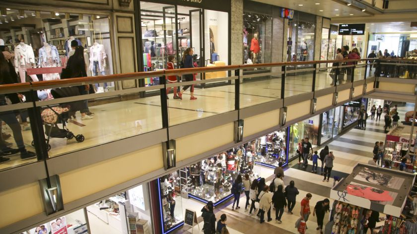 El consumo en shoppings y supermercados cayó casi 4% en julio