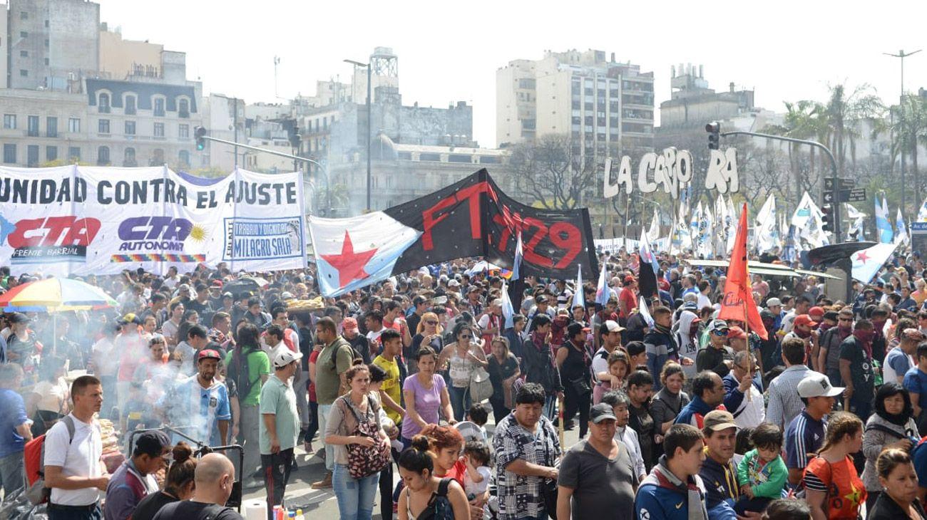 La manifestación llega a Av. de Mayo y 9 de Julio