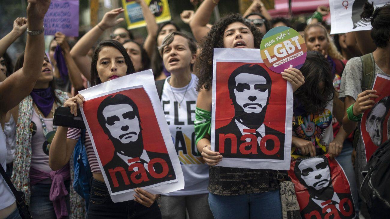 Miles de mujeres marcharon contra Bolsonaro