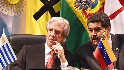 Juntos. Los mandatarios Tabaré Vázquez y Nicolás Maduro dialogan en un encuentro de líderes del continente. Uruguay calla la situación de Venezuela.