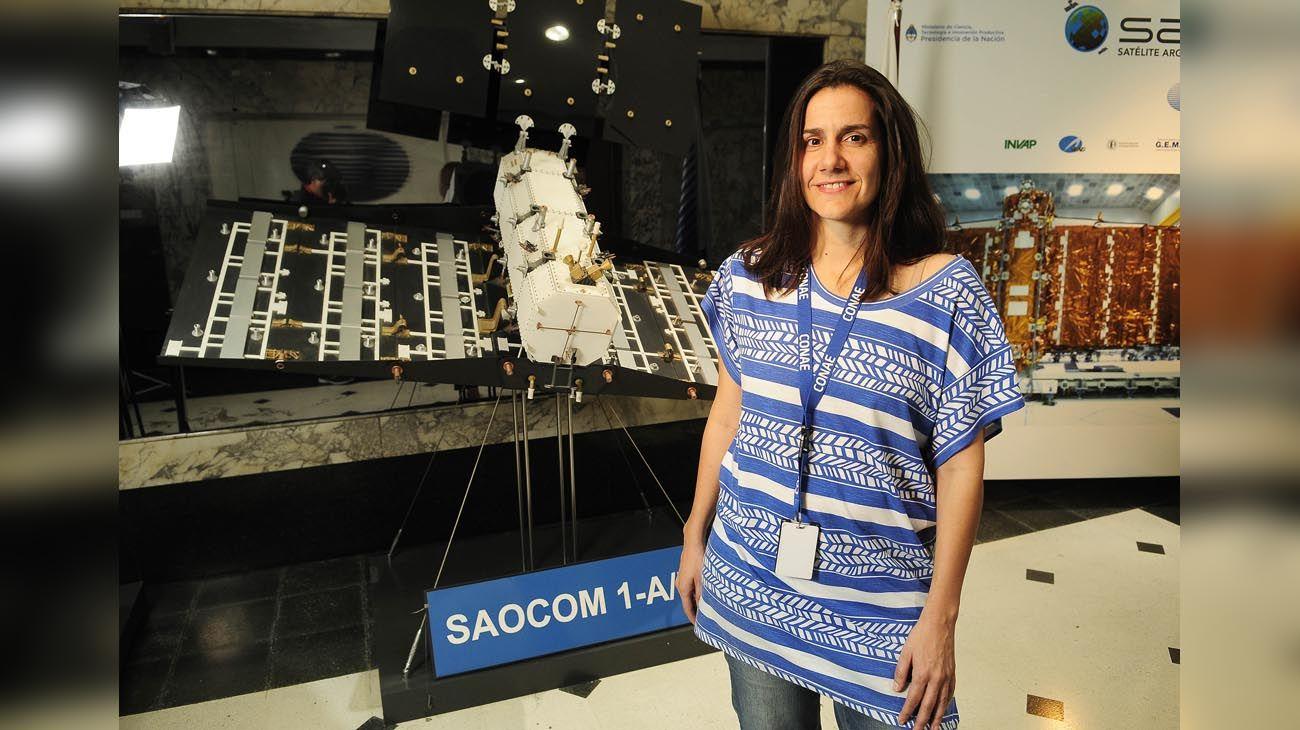 Experta. La ingeniera electrónica Josefina Peres posa ante una maqueta del proyecto. Su padre también trabajó en la institución.