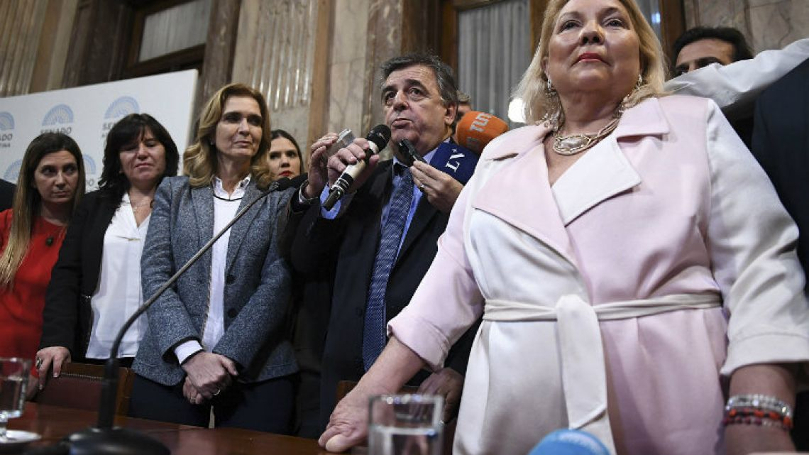 National deputy for Cambiemos, Elisa 'Lilita' Carrió (right), pictured with fellow lawmakers Thursday.