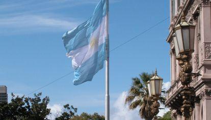 Bandera argentina frente a la Casa Rosada.