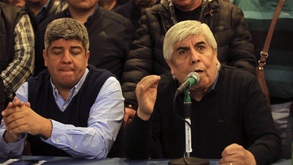 Pablo Moyano, titular del Sindicato de Camioneros, junto a su padre Hugo
