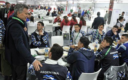 Visita presidencial: Macri estuvo en la Villa Olímpica con los atletas argentinos