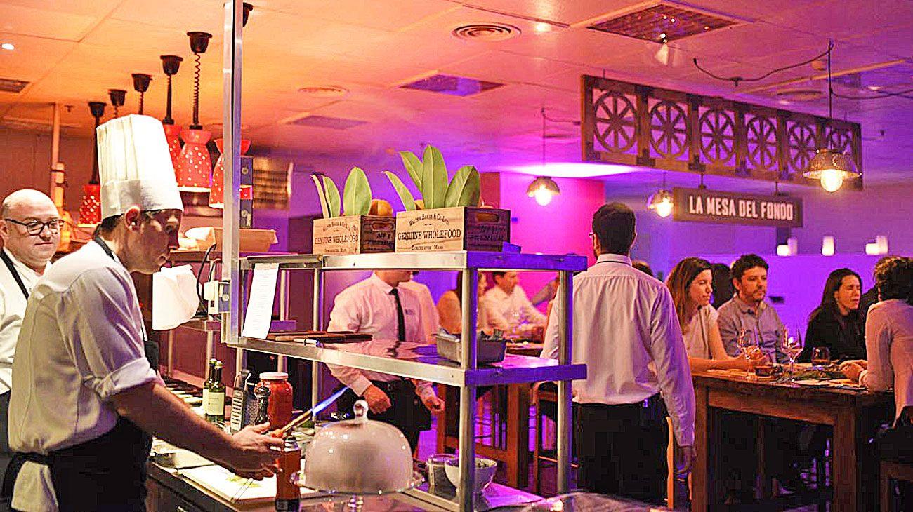 Opciones. La mesa del fondo, en el Hilton (foto) y la que funciona en la cocina de Mishiguene.