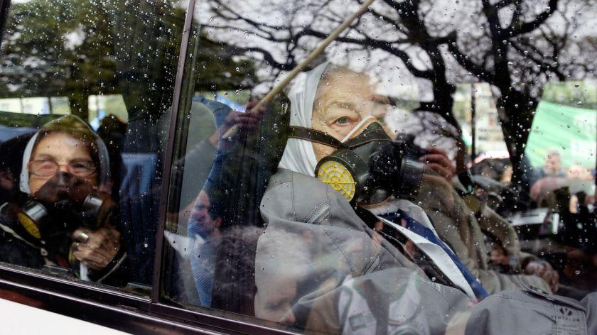 Hebe de Bonafini se puso una máscara antigás para ir al Congreso