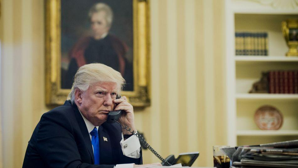 Archivo. Donald Trump al teléfono.